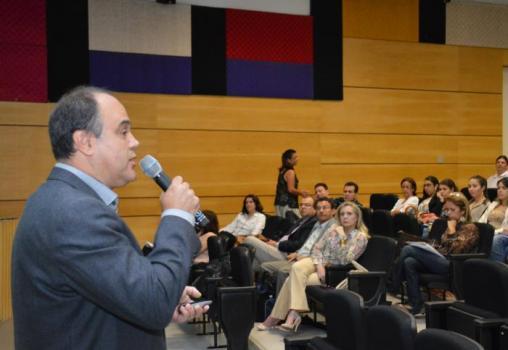 Na aula inaugural de PPGED, o professor ressalta sobre a mudança de postura sobre o processo de aprendizagem no país. Foto: Fabiano Goulart